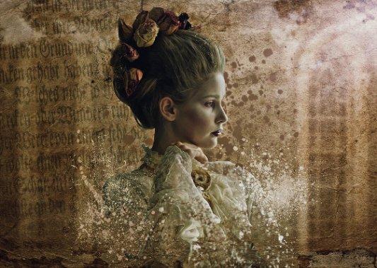 Retrato romántico de una joven dama en un entorno de terror.