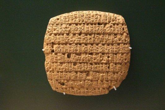 Muestra de tablilla de arcilla con escritura cuneiforme.