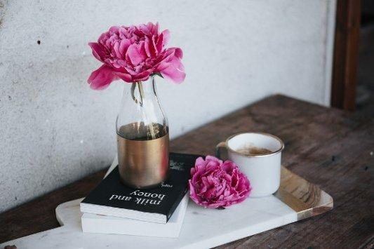 Libros, flores y una taza de té.
