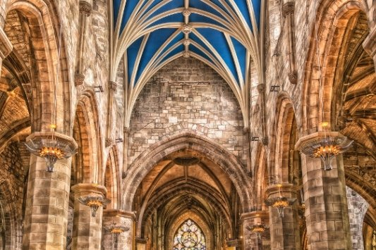 Interior de una catedral.