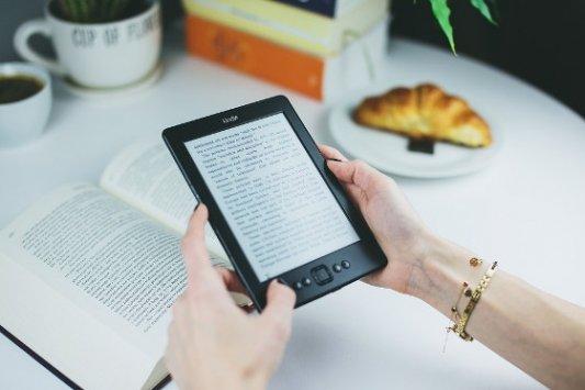 Mujer leyendo en un Kindle de Amazon.