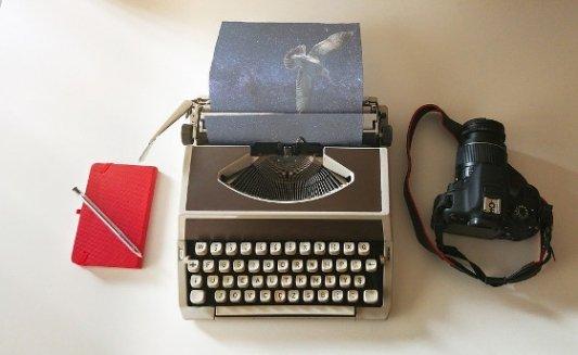Máquina de escribir, bloc de notas y cámara de fotos.