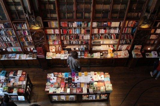 Lector mirando libros en una librería.