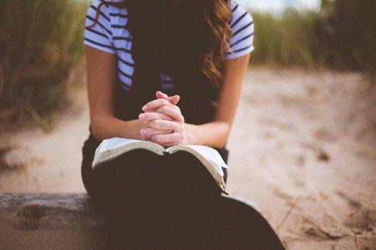 Chica leyendo.