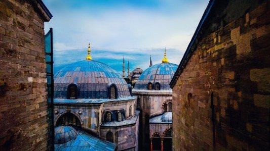 Paisaje de cúpulas en Estambul con Santa Sofía al fondo.