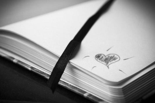 Cuaderno con un corazón dibujado.