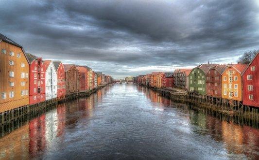 Casas en uno de los canales de Trondheim, Noruega.