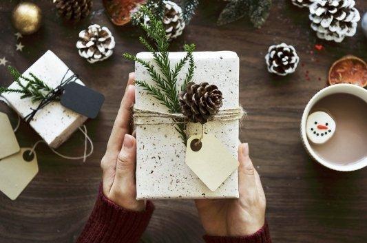 Libro para regalar en Navidad envuelto con papel de regalo