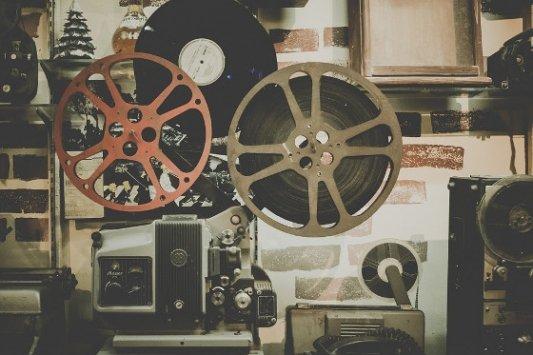 Proyector de cine y discos de vinilo.
