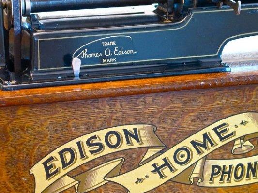Detalle de un viejo fonógrafo Edison.