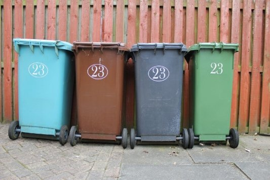 Cubos de basura de diferentes colores.