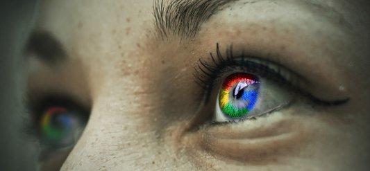Ojos de mujer con la letra G de Google.