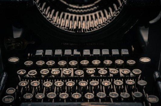 Antigua máquina de escribir.