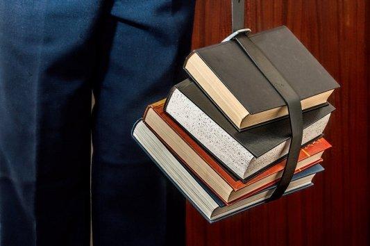Libros colgando de un cinturón