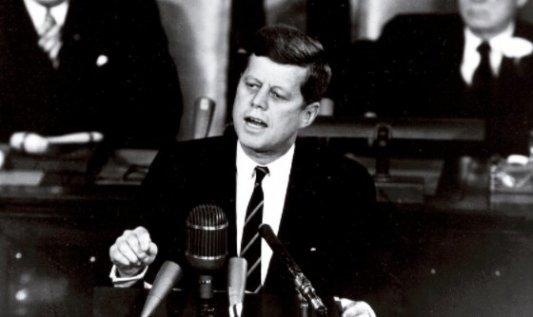 John F. Kennedy dando un discurso
