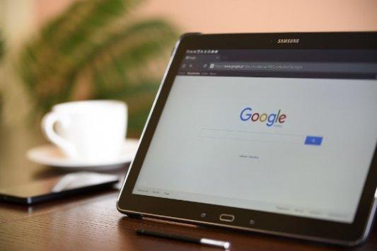 Tableta con el buscador de Google.