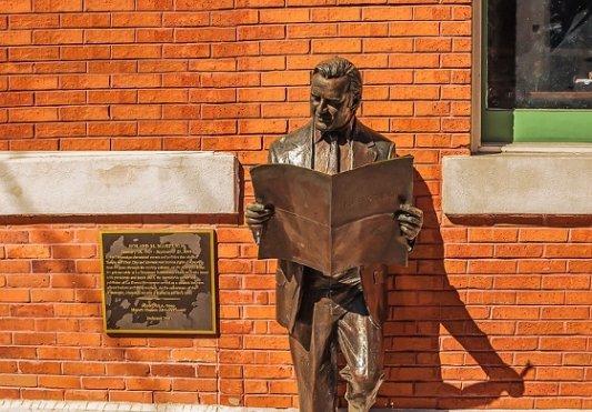 Estatua de un lector.
