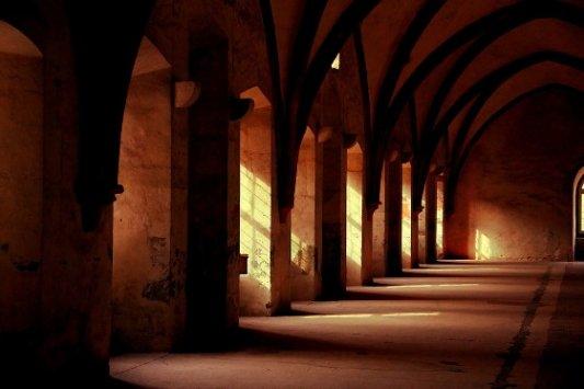 Pasillo de un monasterio.
