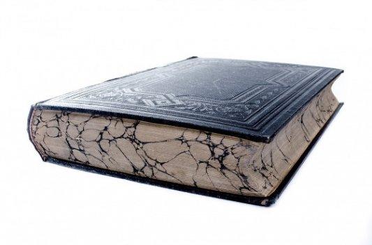 Libro antiguo con las páginas manchadas.