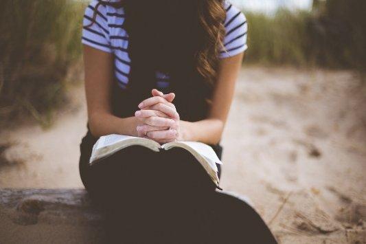 Mujer leyendo en un parque.
