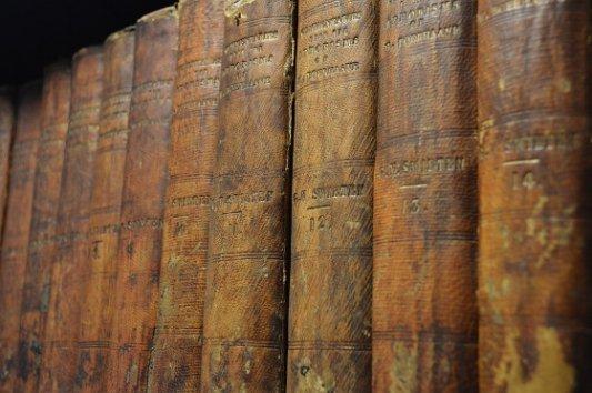Libros antiguos encuadernados en piel.
