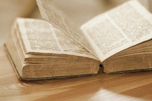 Libro antiguo abierto por la mitad.