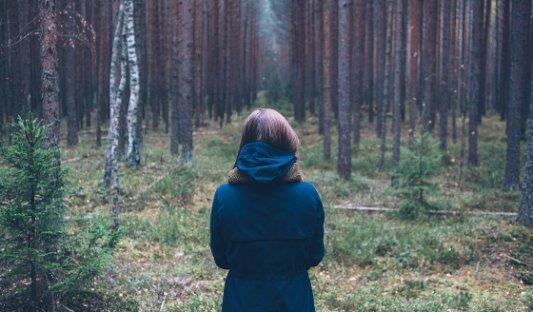 Chica en mitad de un bosque