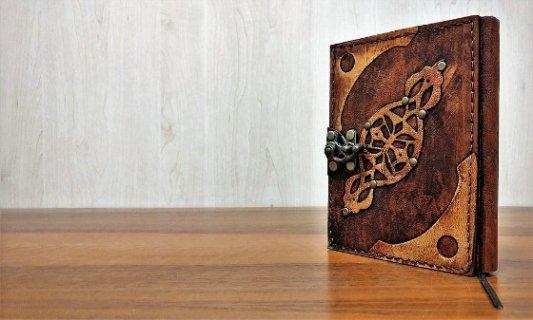 Libro encuadernado en piel.