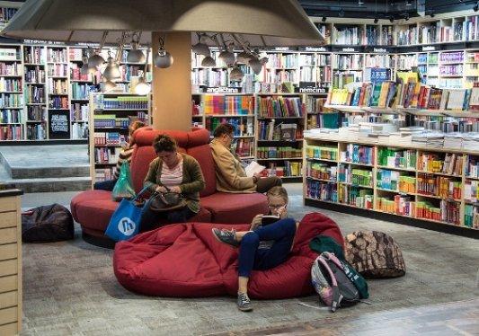 Gente leyendo en una librería.