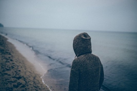 Hombre solo junto al mar.