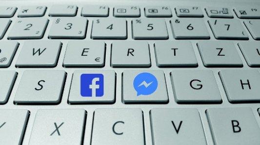 Teclado con teclas de Facebook.