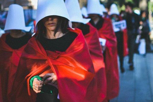 Activistas disfrazadas de El cuento de la criada.
