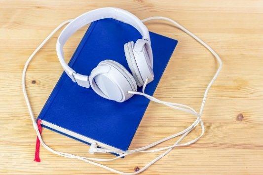 Audiolibro con auriculares.