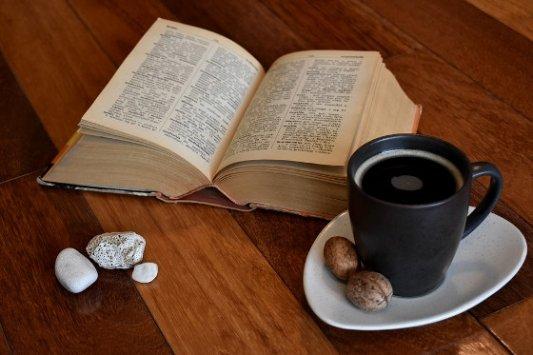 Café y diccionario.