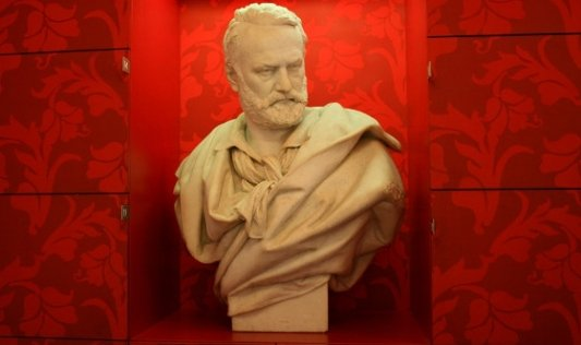 Busto de Víctor Hugo.