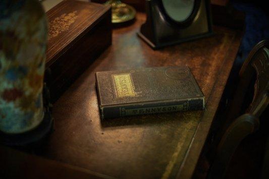 Libro antiguo sobre una mesa.