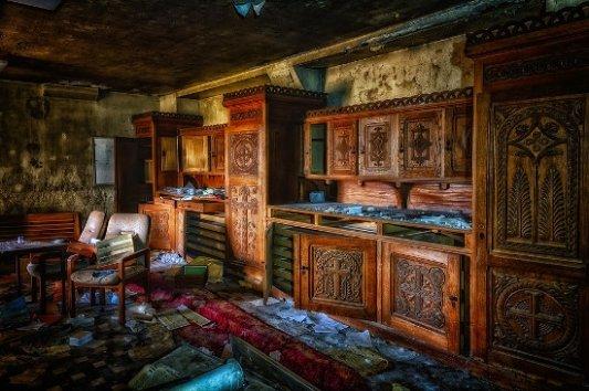 Interior de abadía abandonada.
