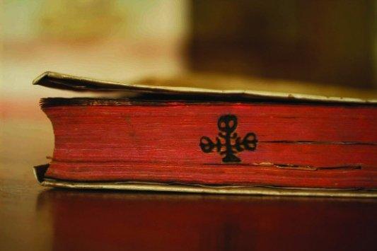 Marca de fuego en un libro.