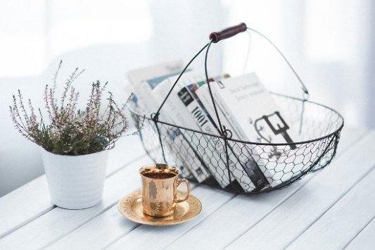Cesta de libros y taza de café.