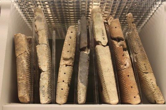 Tablillas de arcilla escritas en cuneiforme.