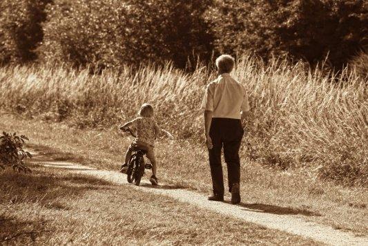 Una persona mayor pasea junto a su nieto