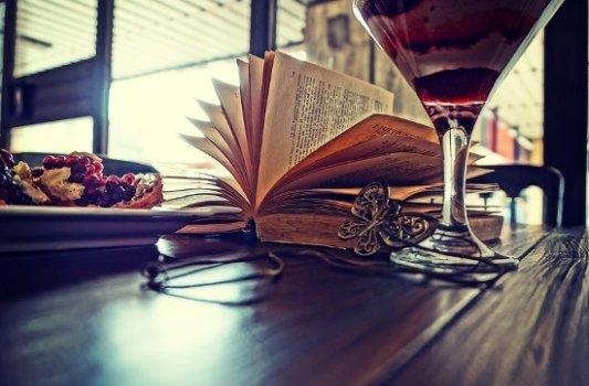 Lectura tranquila con bebida y comida.