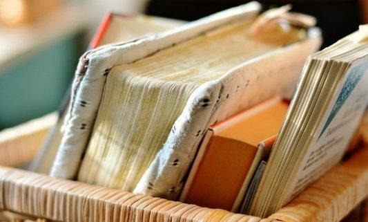 Cesto con libros antiguos.