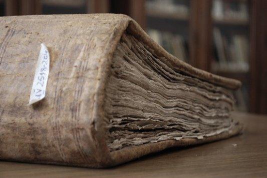 Libro viejo lleno de polvo.