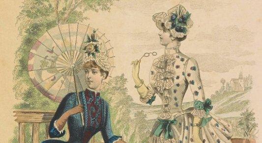 Pareja de mujeres vestidas al uso del siglo XIX.