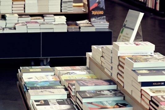 Libros en estantes dentro de una librería