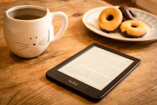 Lector de ebooks con bollería y una taza de té.