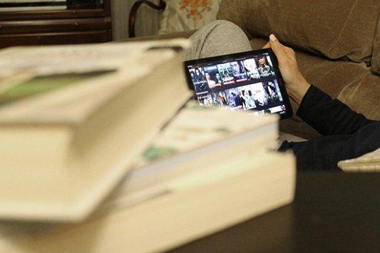 Una tableta con contenido multimedia entre libros