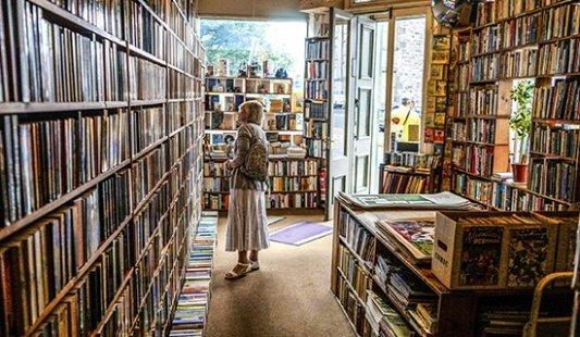 Una lectora en una librería