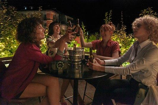 Valeria y sus amigas brindan en la serie de Netflix
